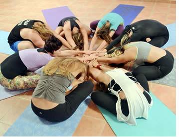 Spaanse lessen plaats, hetzij tijdens de helft van de dag in de ochtend of middag zodat u ruim de tijd om yoga te beoefenen